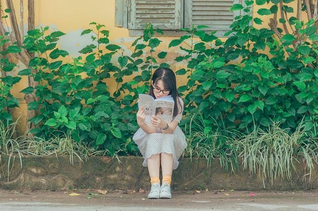 本を読んで面白い話題を見つける女性の画像