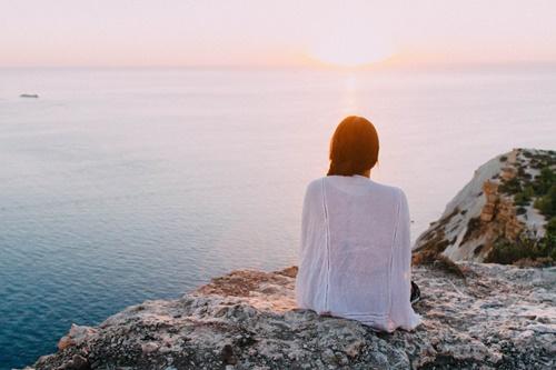 海を見つめる女性の画像