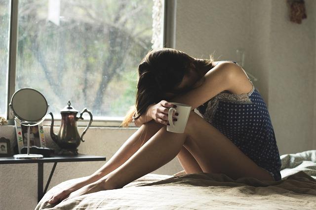 辛いことがあって落ち込んでいる女性の画像