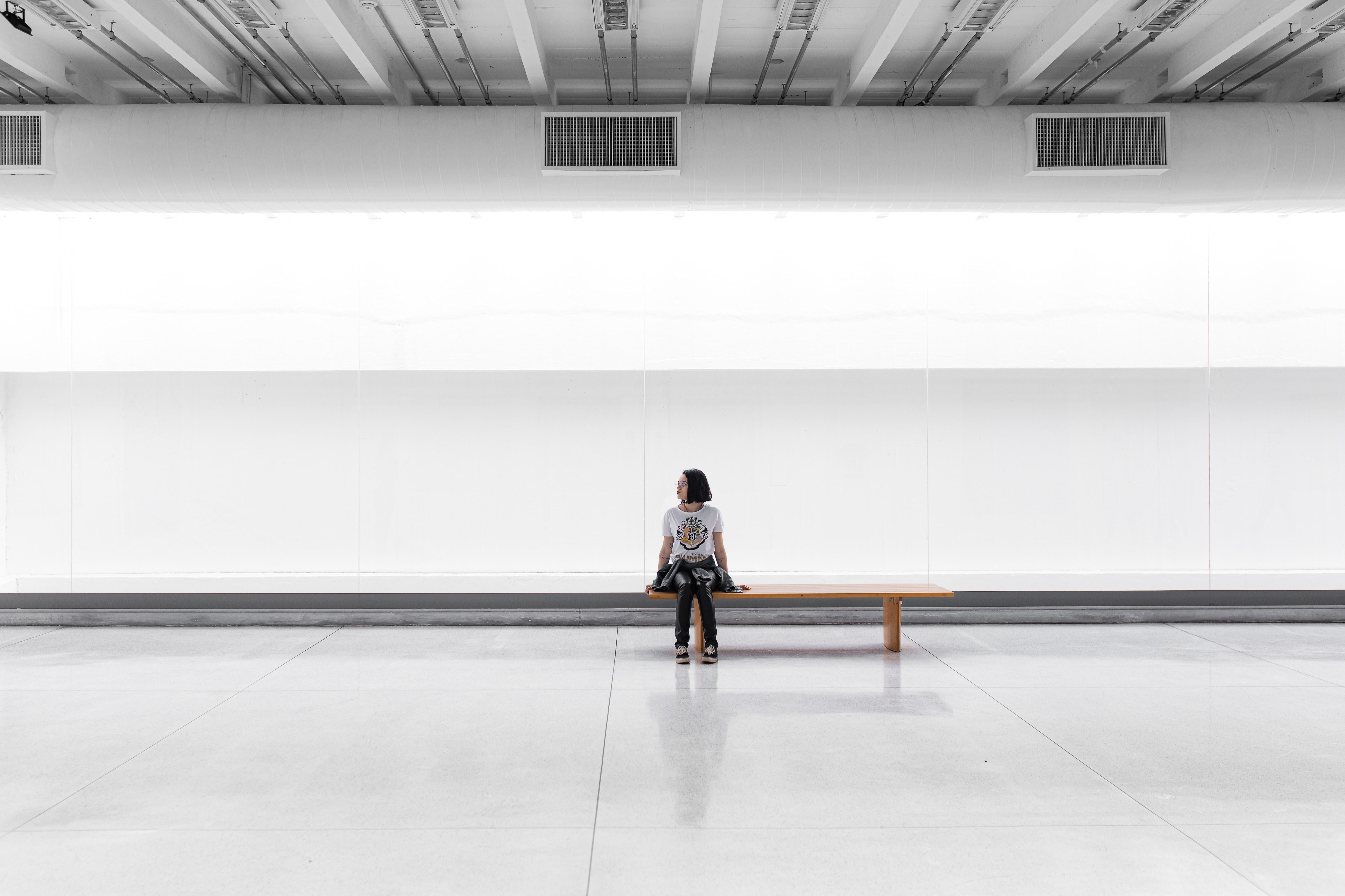 ひとり座る女性