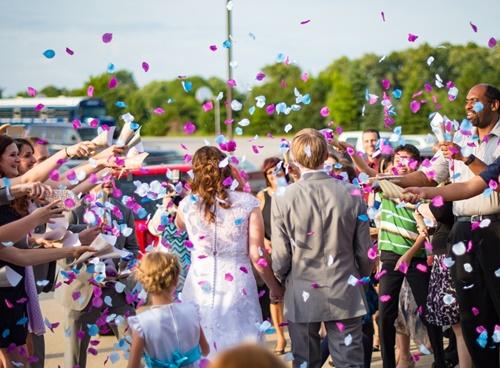 結婚式を祝う画像