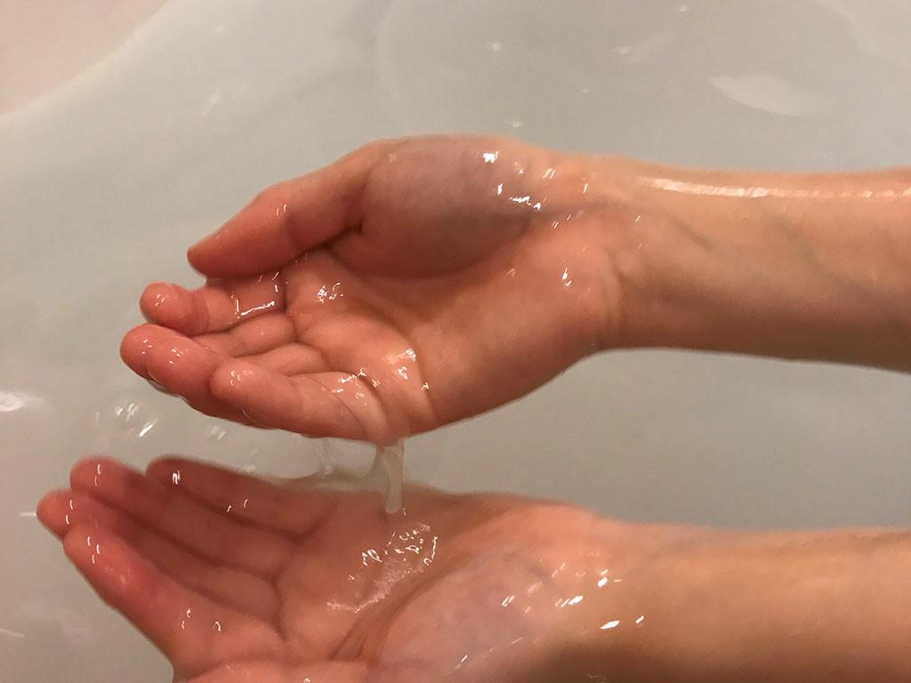 LCローションバストロケアウを試す元鈴木さんの手の画像