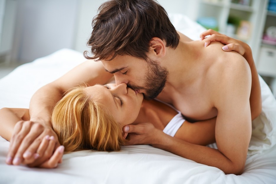 LCラブコスメのベッド専用香水リビドーロゼを使ってベッドの上で抱き合う外国人の男女