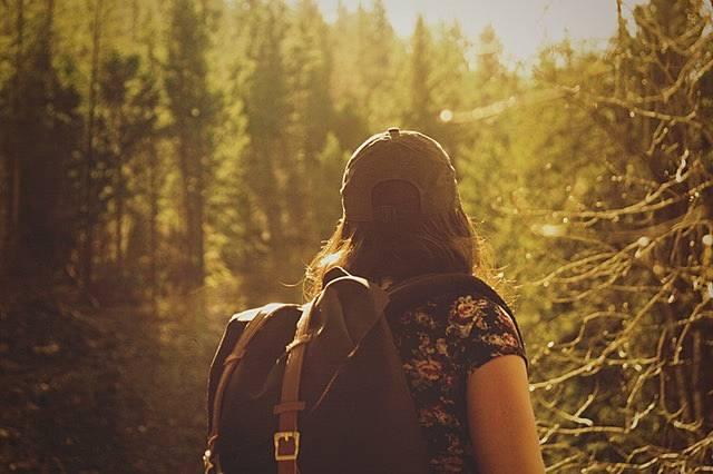 森の中を歩く女性の画像