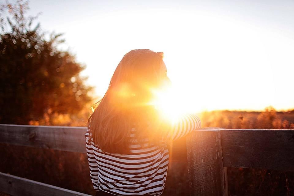 初日の出を見る女性の写真