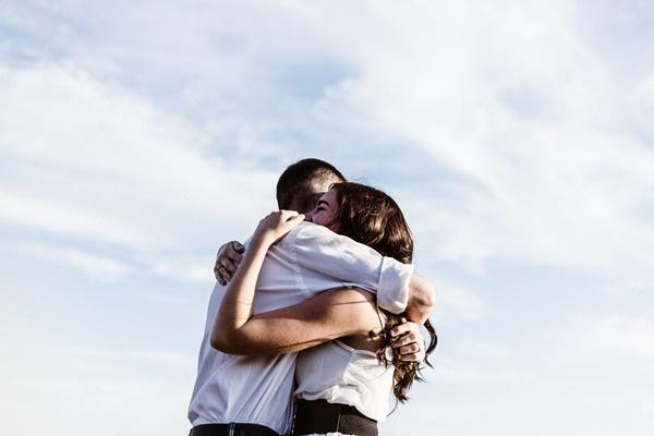 男友達と抱き合っている女性の画像
