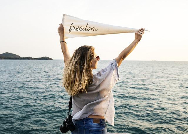 1人の海外旅行を楽しむ女性の画像