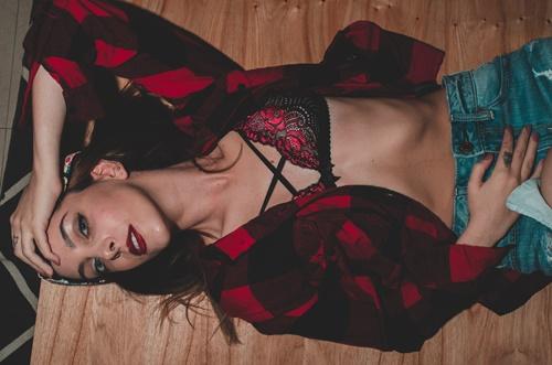 赤下着で誘うセクシーな女性の画像