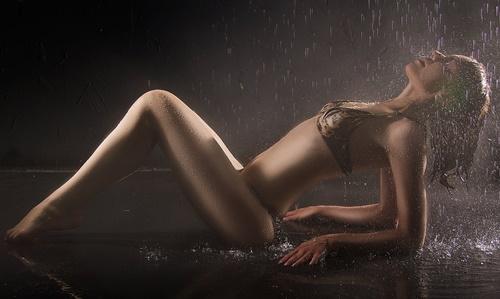 雨に打たれるセクシーな女性の画像