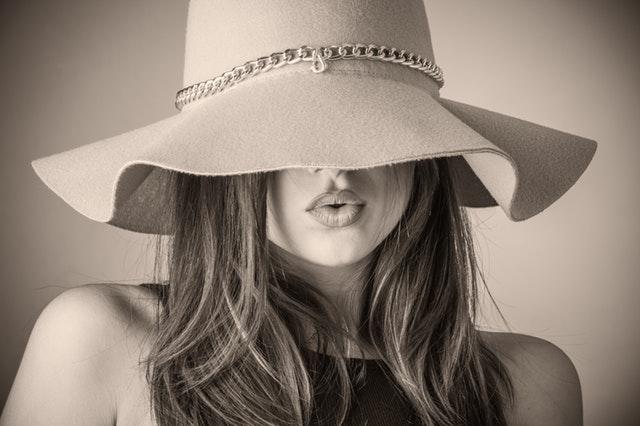 帽子で顔が隠れた美女の画像