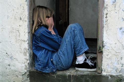 ダメ男に振り回されて病み、泣く女性の画像