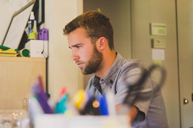 仕事に集中しているオフィスワーカーの画像