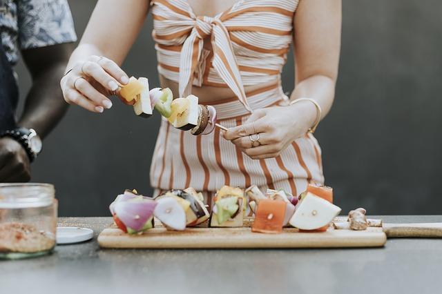 手料理を振舞う女性の画像