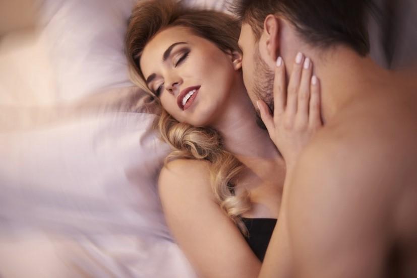首筋にキスをされて恍惚とする女性