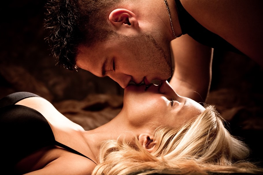 >シックスナイン状態でキスする男女のサムネイル画像