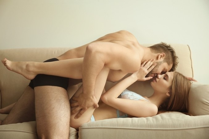白いソファーの上で下着姿の男女がキスする寸前の画像