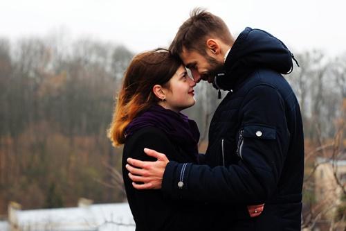抱き合うカップルの画像