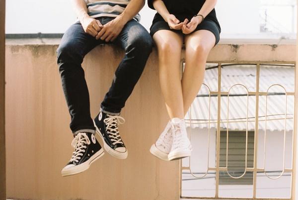 すれ違いケンカするカップル画像