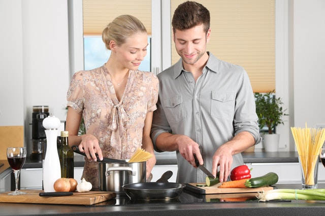 夫婦で料理をしている画像