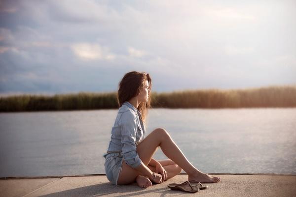 失恋して悲しみに暮れる女性の画像