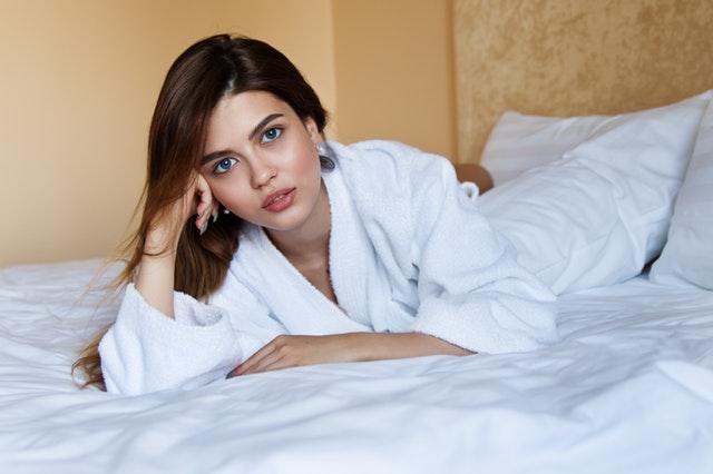 ベッドに横たわる女性のセクシーな画像