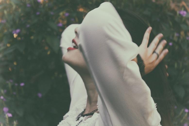 頭を抱えて快感に身を任せるかのような女性の横顔の画像