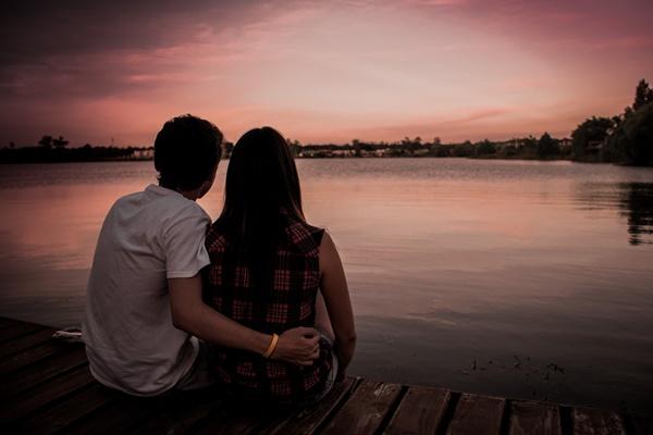 夕暮れにデートするカップル
