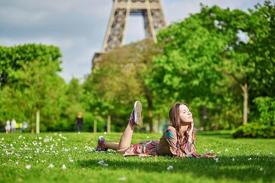 芝生の上で日光浴をする女性の画像