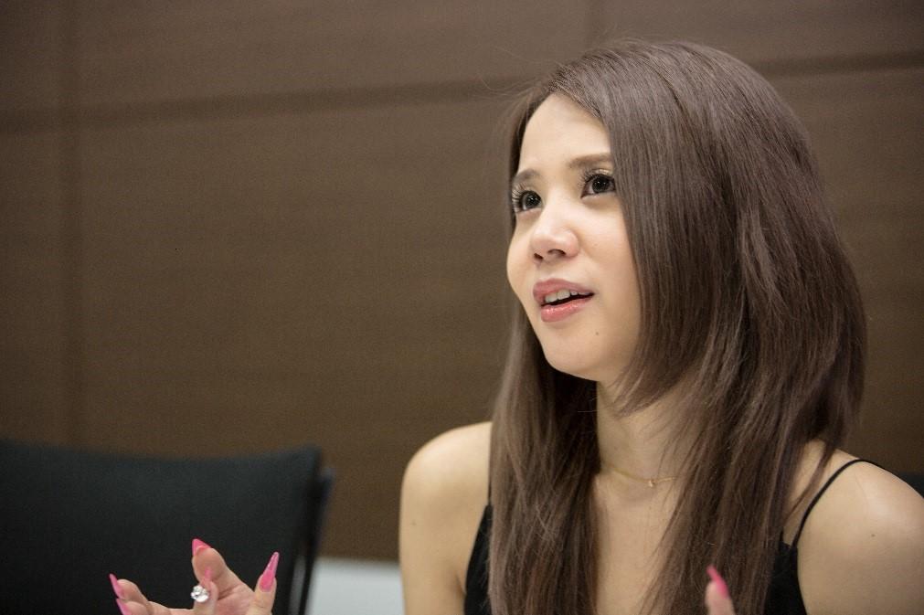 鈴木涼美さんがインタビューを受けている画像
