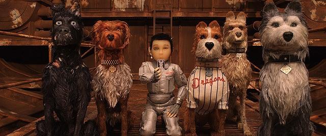 ウェス・アンダーソン監督映画『犬ヶ島』の5頭の犬と人間のシーン