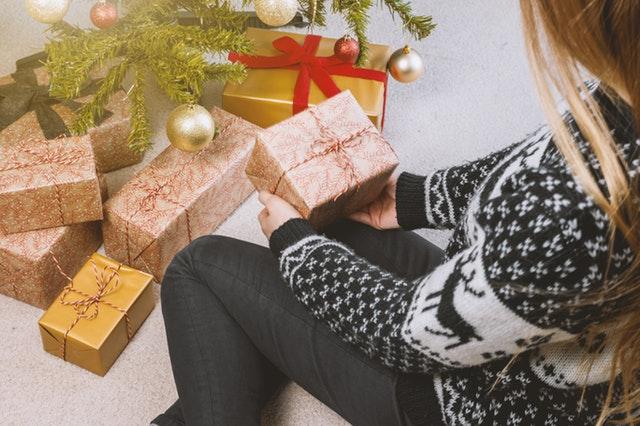 クリスマスの夫婦の贈り物の画像