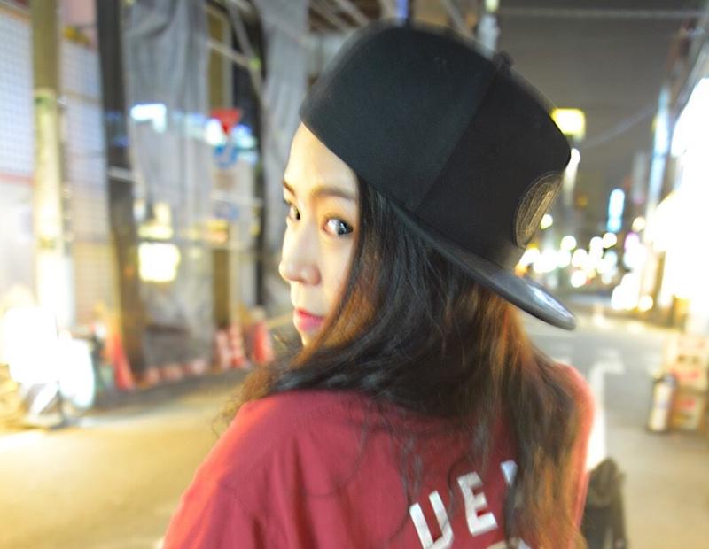 夜の街を歩くラッパーの椿さんの画像