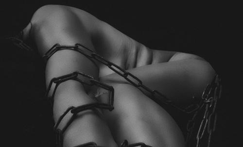 緊縛拘束された体の画像