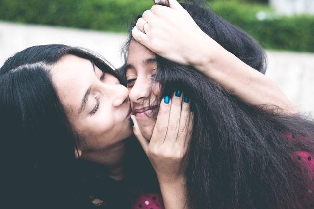 18歳の娘に口づけする母親の画像