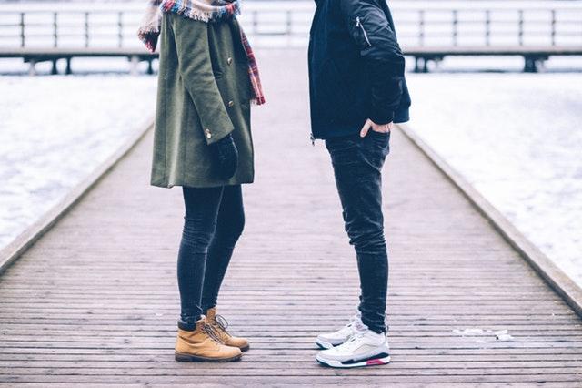 向き合う二人の男女の足元の画像