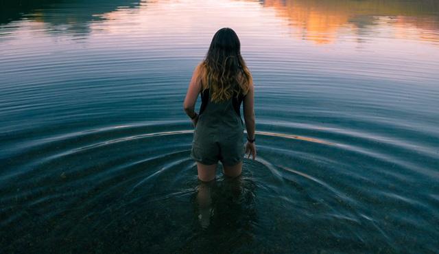 沼にはまっていく女性の画像