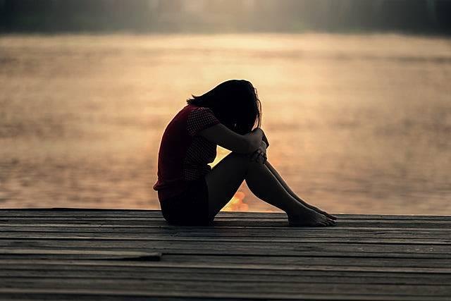 恋人がいないことについての周りの反応に悩む女性の画像