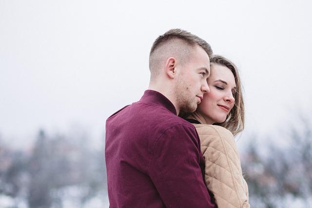 後ろから抱き合った背面座位をするカップルの画像