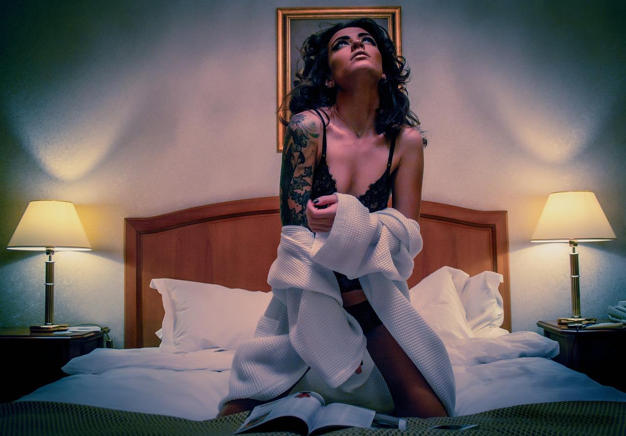 雑誌を読みながら天井を見つめるセクシーな女子の画像