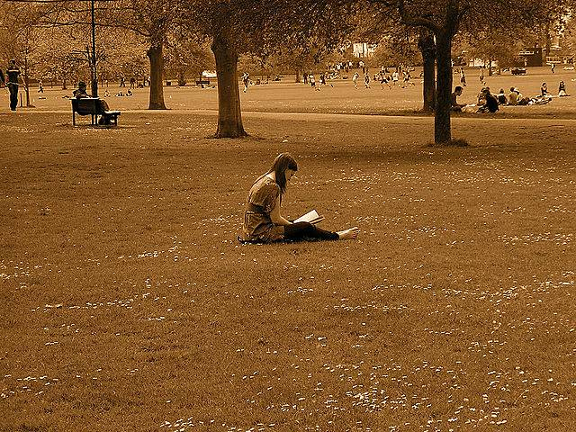女性が読書している写真