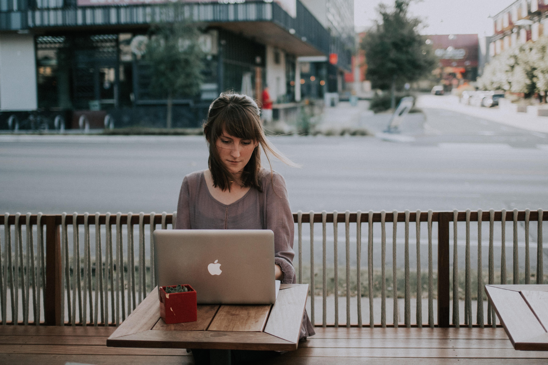 カフェでパソコンをする寂し気な女性の画像