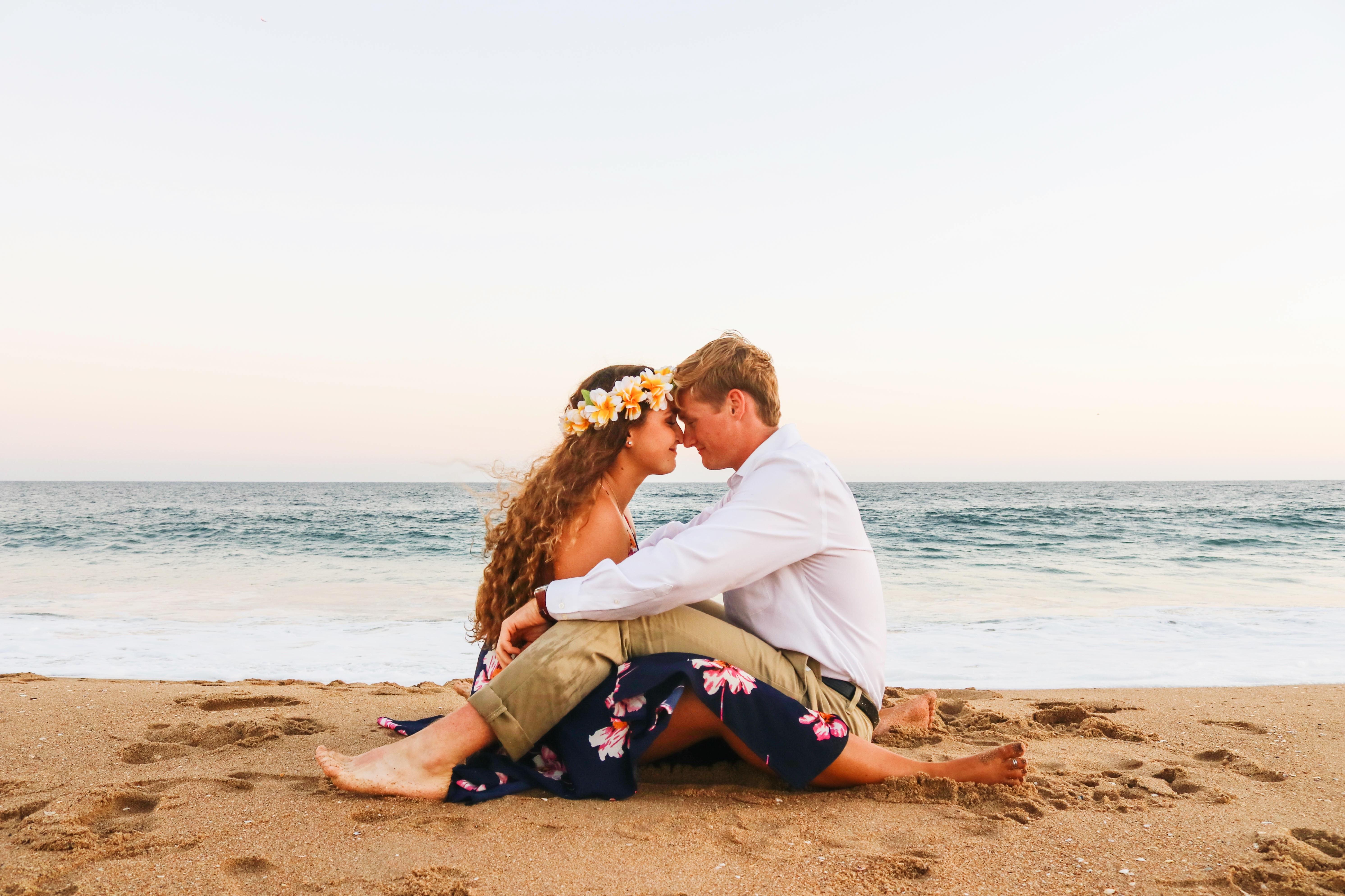 恋に悩みセンチメンタルになっている女の子と彼氏の画像