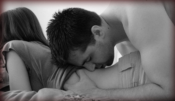 男性が女性をセックスに誘っている写真