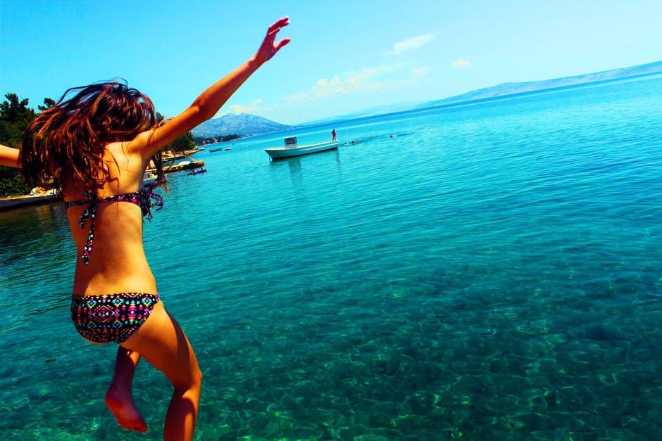 海に飛び込む水着姿の女の子