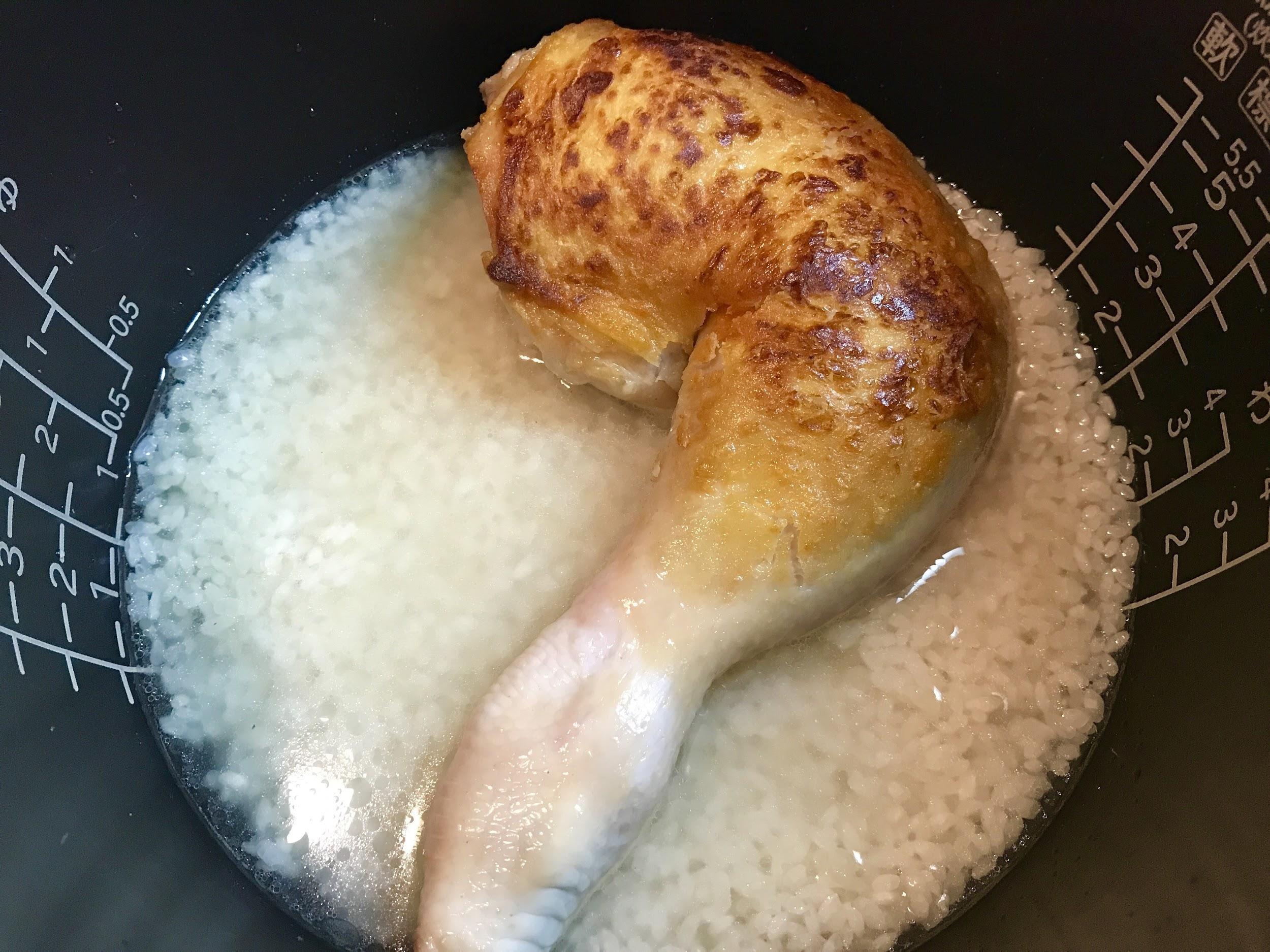 炊飯器で鶏もも肉を炊き込むあっさりチキンライス