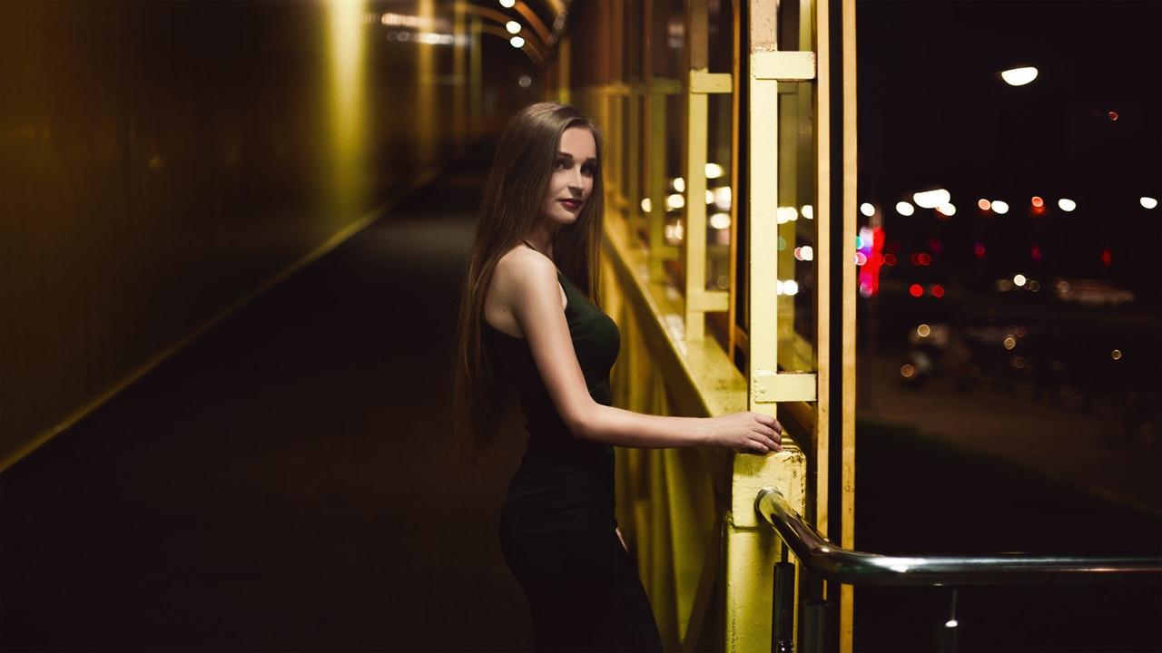 夜遊びに出かける女性の画像