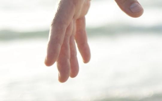 海と男の指画像