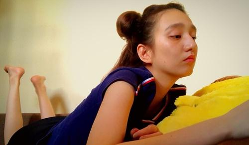 おだんご髪で寝転がる長井短さんの画像