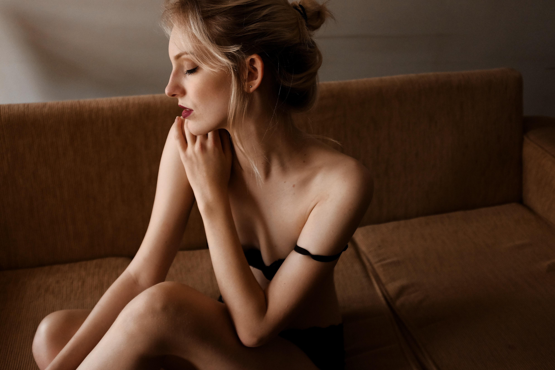 憂いをおびる裸のセクシーな女性の画像