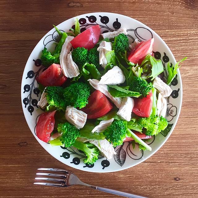 昼食:鶏むね肉と野菜のもりもりサラダ画像